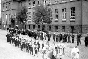 Vor dem Schulhaus (Schutzengelhaus)