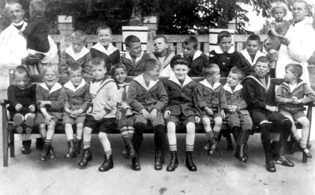 1934 Pfleger und Kinder