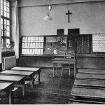 Klassenraum im Schutzengelhaus, um 1930, Postkarte