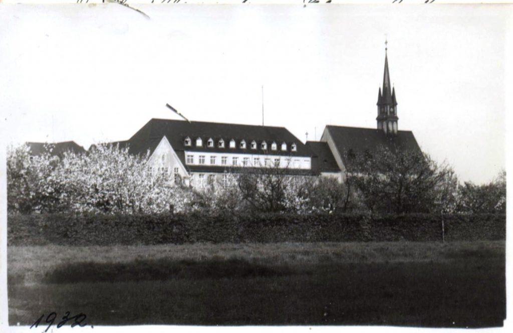 Ansicht mit Aula, Schutzengelhaus und Kapelle, 1932.