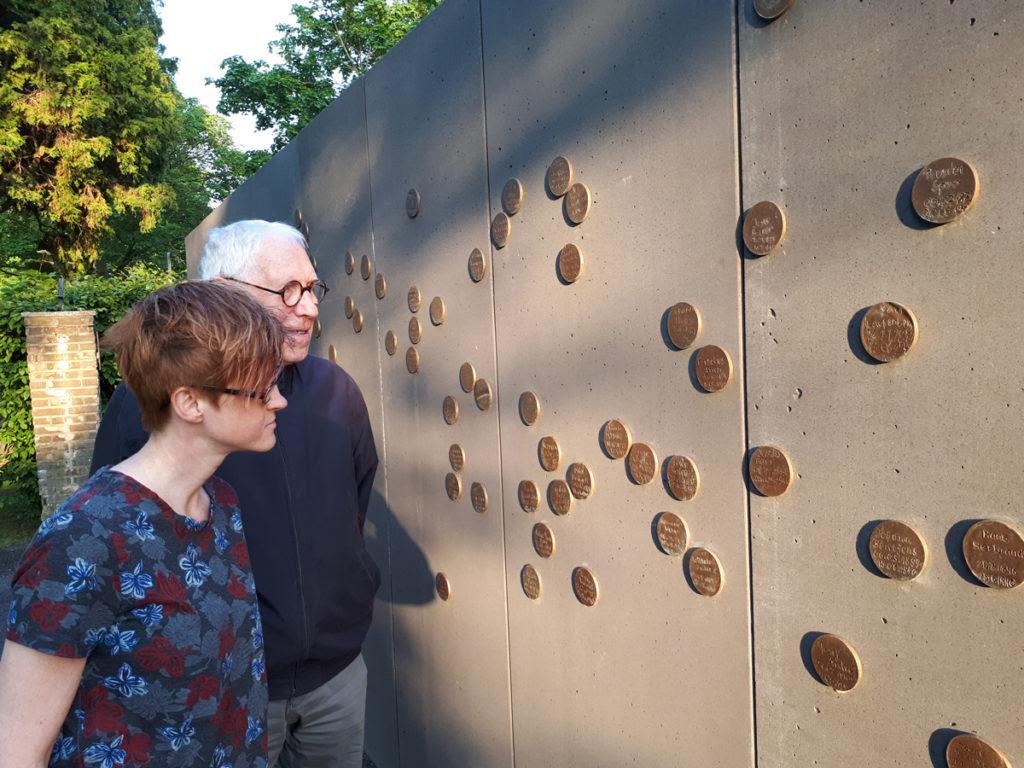 Foto dokumentiert den Besuch der Gedenkstätte